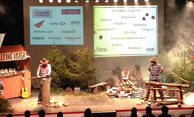 Scena pro slavnostní vyhlášení ankety Křišťálová Lupa 2014, Divadlo Archa. Moderátoři: Ján Simkanič, Tomáš Hanák.