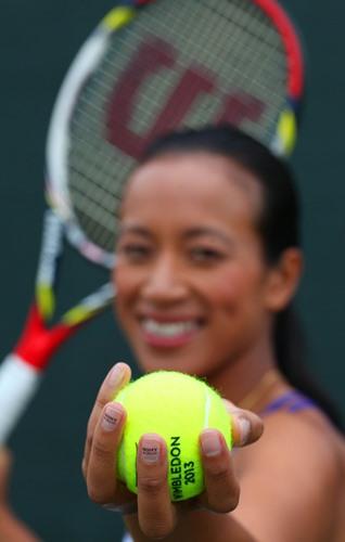 Anne Keothavong s miniaturní reklamou na nehtech na turnaji ve Wimbledonu 2013