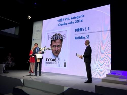 Petr Šimůnek, šéfredaktor časopis Forbes, přebírá cenu za Obálku roku