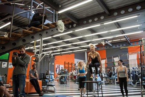Hanka Mašlíková skáče #hophophop ve svém oblíbeném fitness centru_archiv Coca-Cola