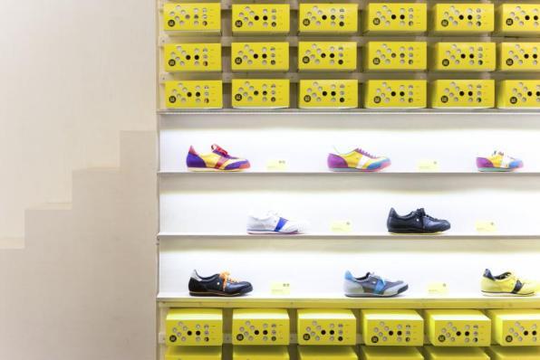 Interiér obchodu Botas 66 se žlutými krabicemi, foto: botas66.com