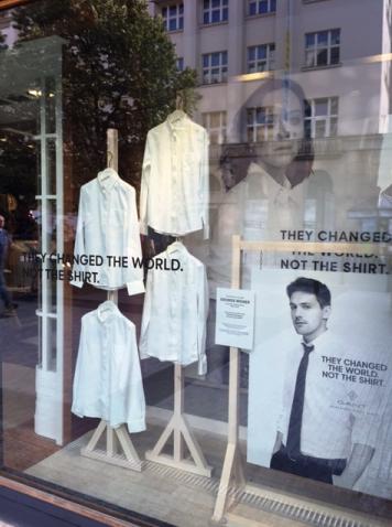 Výloha v novém v prodejně Gant v ulici Na Příkopě v Praze