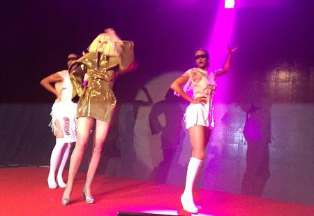 Eva Pazderková předvádí novinářům Lady Gaga.