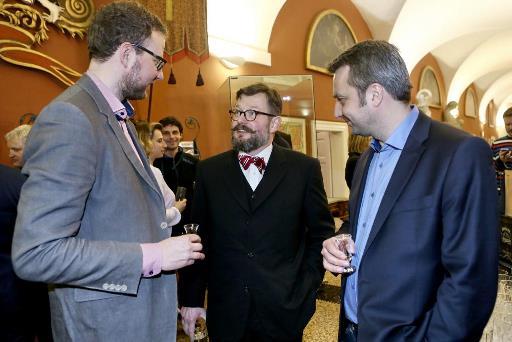 Zdeněk Bergman (uprostřed), ředitel Muzea Karlova mostu a společnosti Pražské Benátky v rozhovoru s Alešem Pýchou, marketingovým ředitelem FTV Prima a Vladimírem Pořízkem, provozním ředitelem FTV Prima.