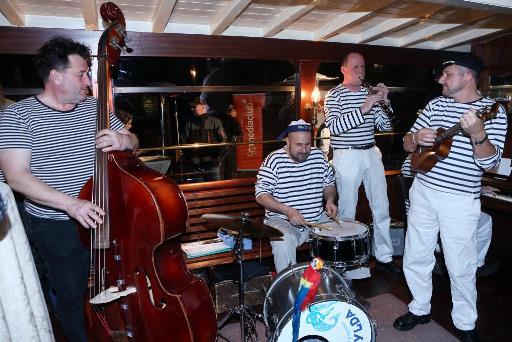Na salonní rychlolodi Nepomuk se o námořnickou atmosféru postarala kapela Matylda.