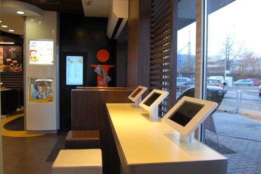 McDonald´s v restauracích s novým konceptem má k dispozici tablety s přístupem k internetu.
