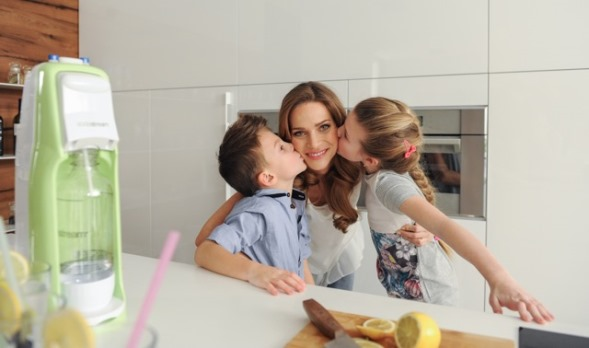 Andrea Verešová s dětmi ve spotu Soda stream.