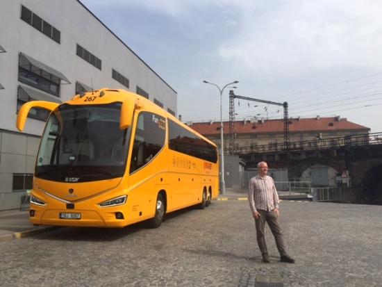 Majitel skupiny Student Agency Radim Jančura před novým autobusem Irizar i8