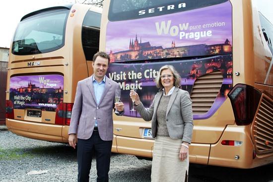 Nora Dolanský, ředitelka Prague City, a Miloš Capoušek, jednatel společnosti Vega Tour, před obrandovaným autobusem.