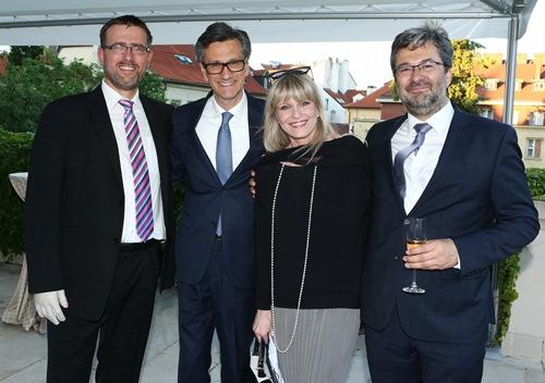 Martin Pospíšil, ředitel Odboru zahraničně-ekonomických politik; francouzský ambasador Jean-Pierre Asvazadourian; herečka Chantal Poullain a Vladimír Bärtl, náměstek ministra průmyslu a obchodu, který řídí sekci Evropské unie a zahraničního obchodu.