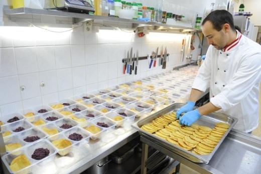 Příprava jídel v rámci kampaně Jedlo pre ajťákov.