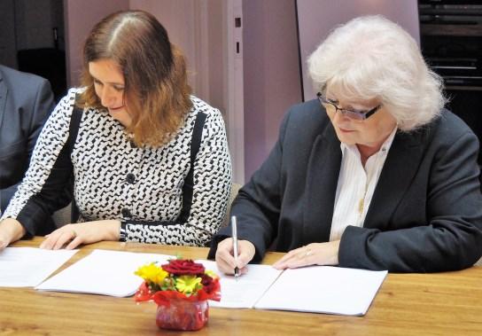 Tereza Šimečková (vlevo) a Vlasta Roškotová při podpisu smlouvy. Foto: D. Keltová