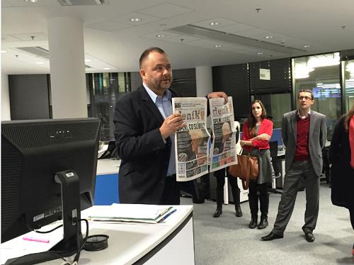 Roman Gallo vysvětluje, že každý z 71 regionálních deníků má odlišnou titulní stranu.