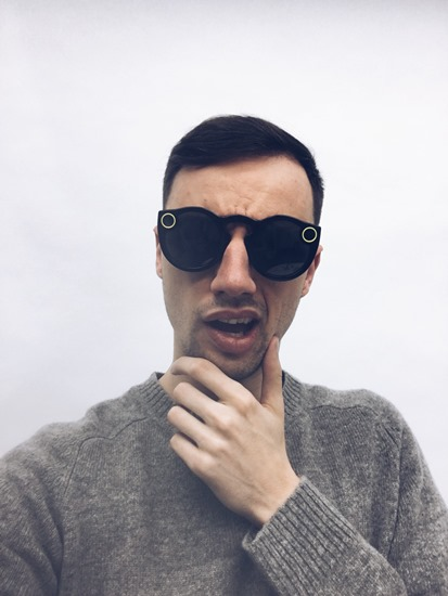 Johny Machette v brýlích