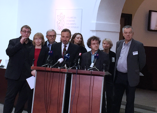 Martin Komárek a zástupci občanských a profesních asociací na tiskové konferenci v Poslanecké sněmovně.