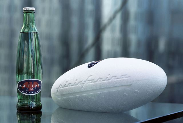 Třetinková skleněná láhev Mattoni od studia Pininfarina