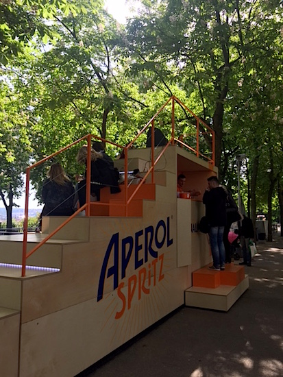 Součástí Aperol schodů je i vestavěný bar. V nabídce je Aperol Spritz nebo Crodino.