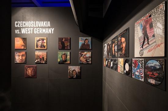 Československá a západoněmecká alba ze 70. let 20. století a raritní desky. Foto: NFRF