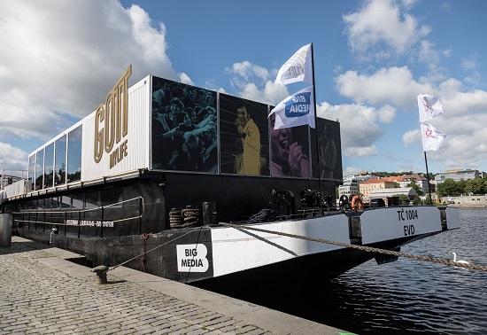 Loď BigMedia zakotvená na pražské Náplavce. Foto: NFRF