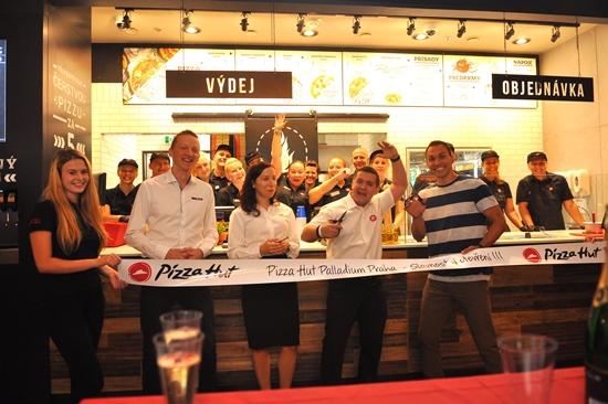 Slavnostní otevření první pobočky Pizza Hut Express