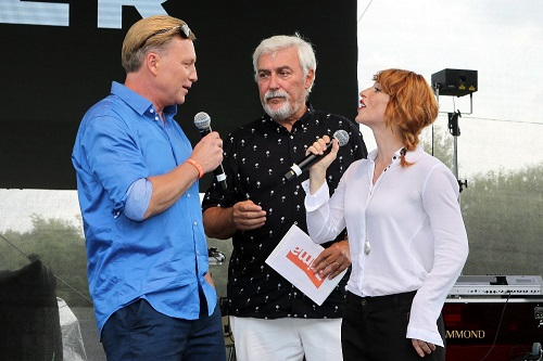 Moderátor tiskové konference Jan Rosák v rozhovoru s herci seriálu Kapitán Exner, foto FTV Prima